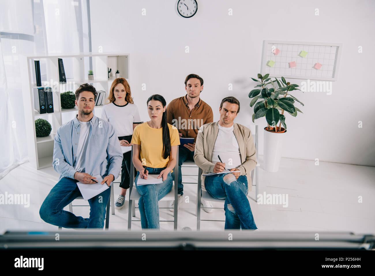 Gruppe von Geschäftsleuten in Freizeitkleidung mit Notebooks in Business Training im Büro Stockbild