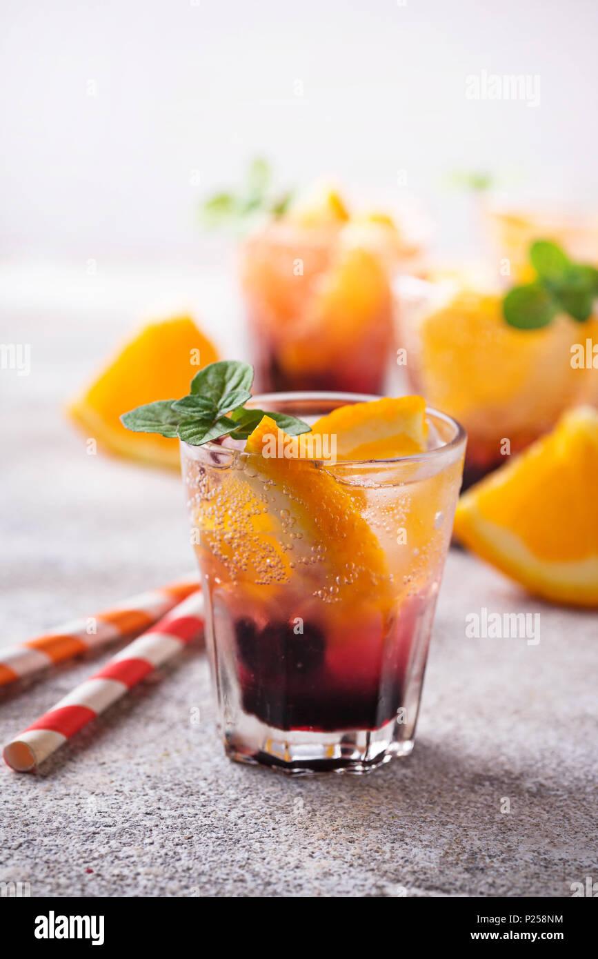 Im Sommer trinken Sie mit Orange und Beeren Stockfoto