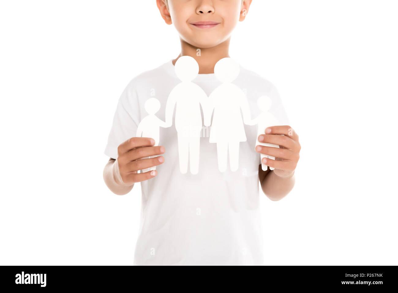 7/8 Schuß von lächelnden Jungen mit Familie Papier Modell isoliert auf weiss Stockbild