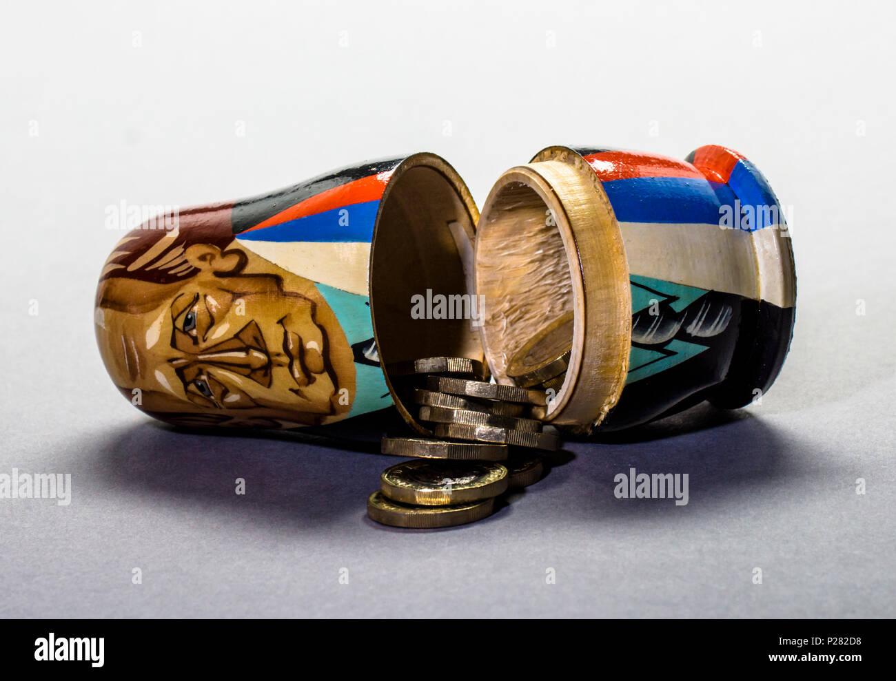 Politische Und Finanzielle Konzept Bilder Moderne Eine Matrjoschka  (russische Puppe) Mit Geld Innerhalb