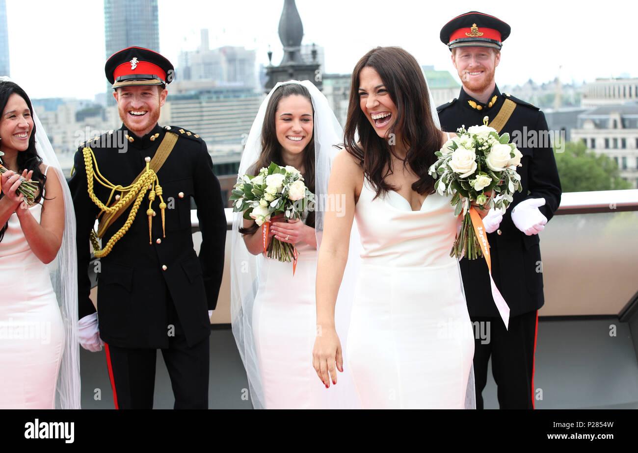Eine Gruppe Von 11 Prinz Harry Und Meghan Markle Lookalikes Nehmen