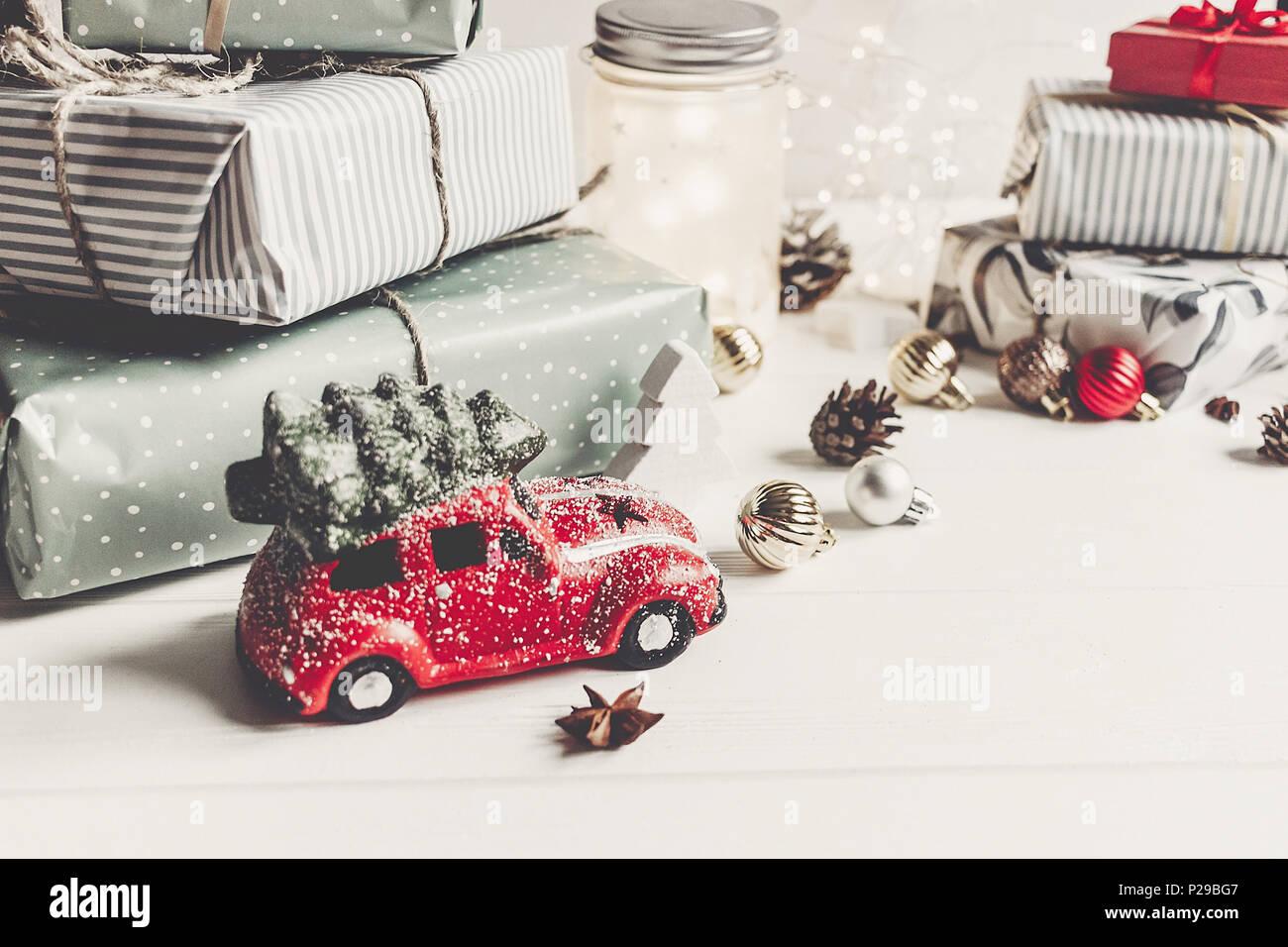 moderne weihnachtsverzierungen und auto spielzeug mit baum. Black Bedroom Furniture Sets. Home Design Ideas