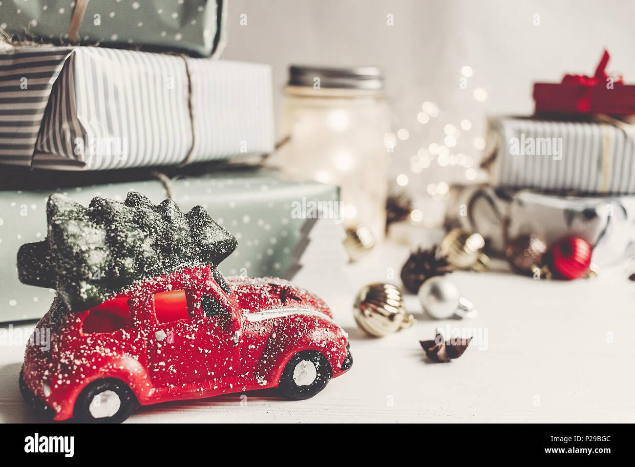 Moderne Weihnachtsgrüße Für Karten.Moderne Weihnachtsverzierungen Und Auto Spielzeug Mit Baum