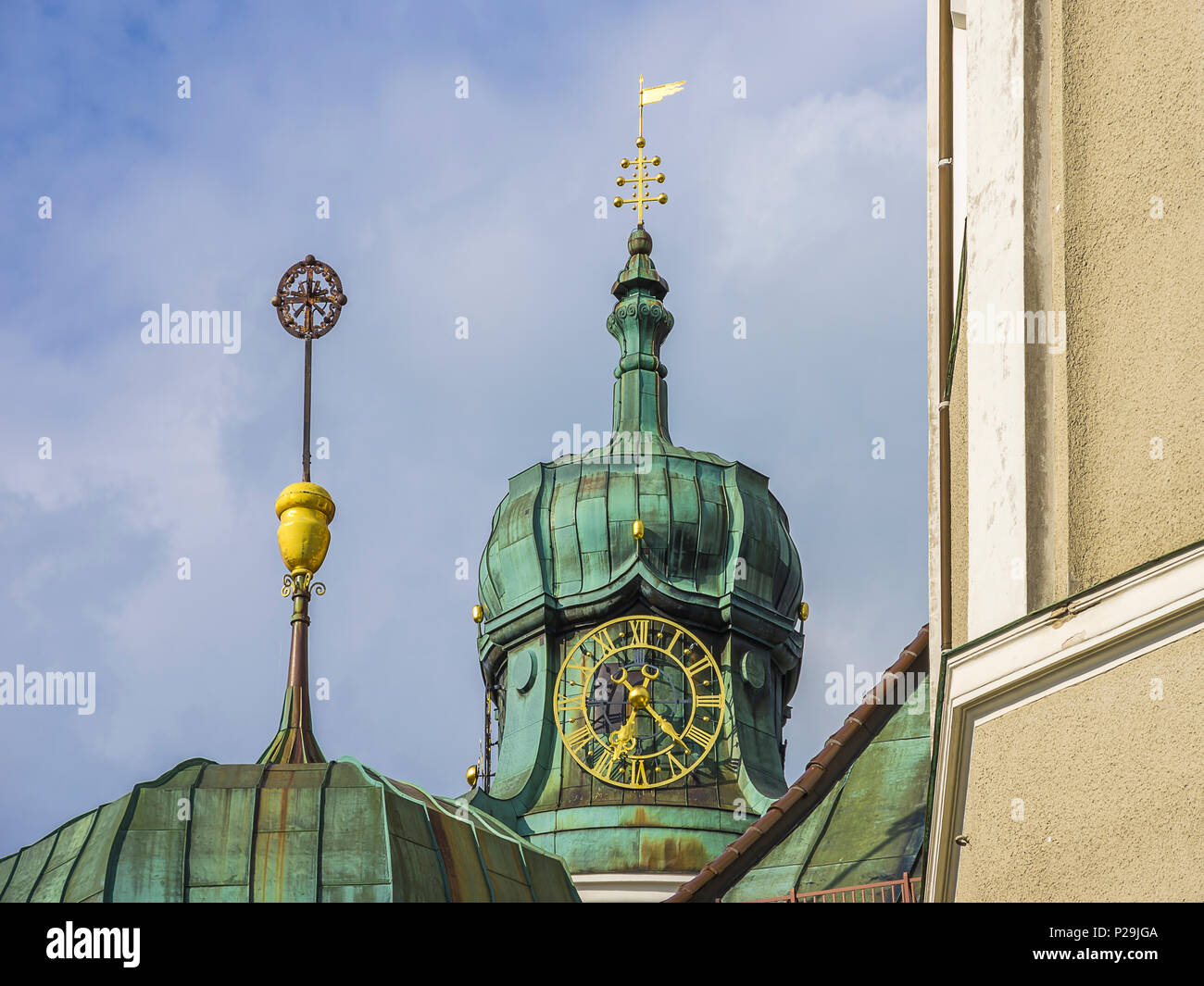 Detail von einem Kirchturm mit der Pfarrkirche St. Peter und Paul in Lindenberg im Allgäu, Bayern, Deutschland. Stockbild