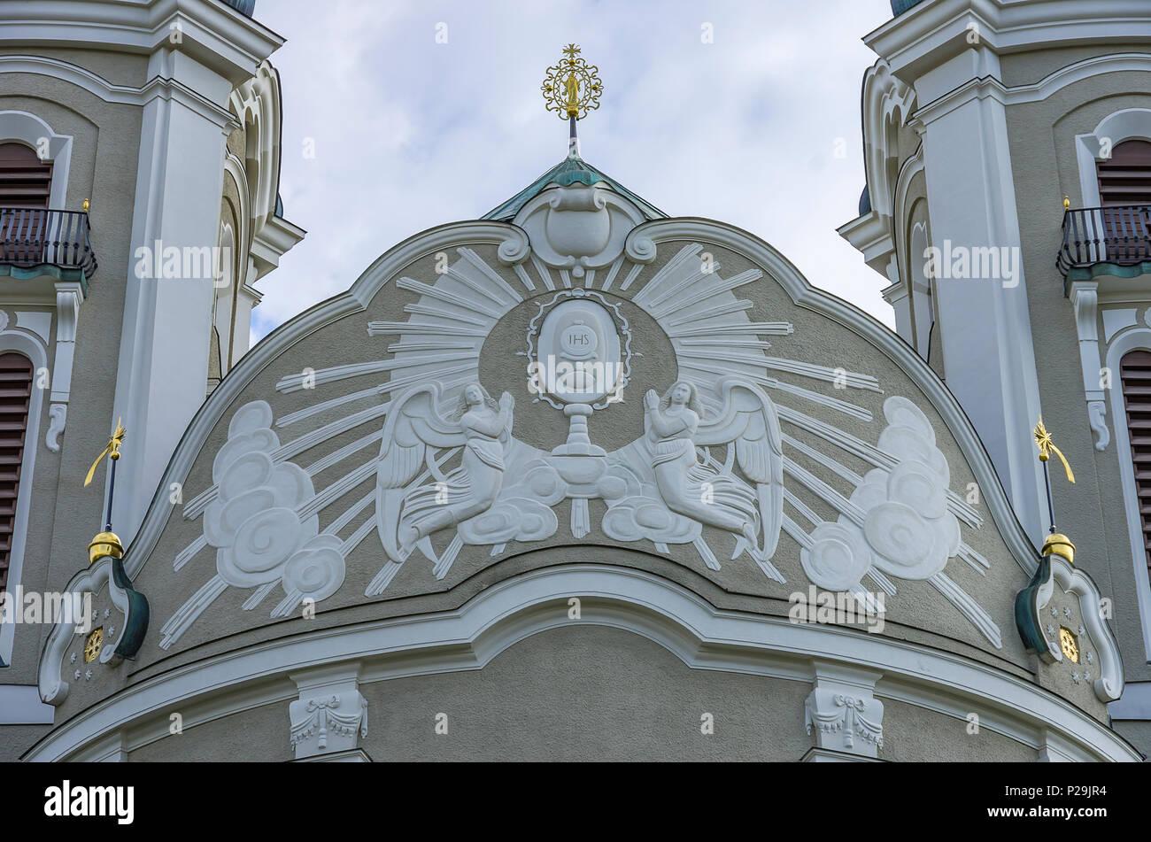 Giebel der Pfarrkirche St. Peter und Paul in Lindenberg im Allgäu, Bayern, Deutschland. Stockbild