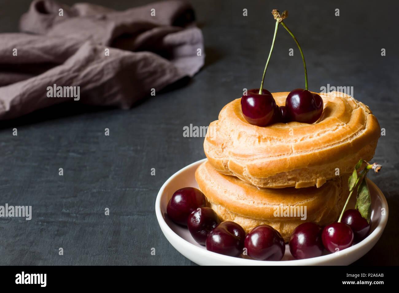 Pudding Kuchen Ringe Mit Kirsche Auf Einer Platte Auf Einem Dunklen
