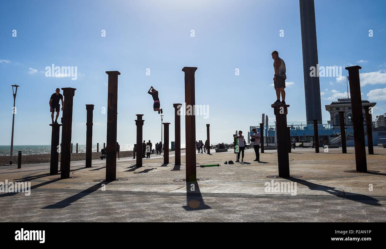 Brighton UK 14. Juni 2018 - Parkour Darsteller Sprung über die Säulen der Goldene Spirale Installation neben dem West Pier von Brighton direkt am Meer an einem herrlichen sonnigen Abend Foto von Simon Dack: Simon Dack/Alamy leben Nachrichten Stockfoto