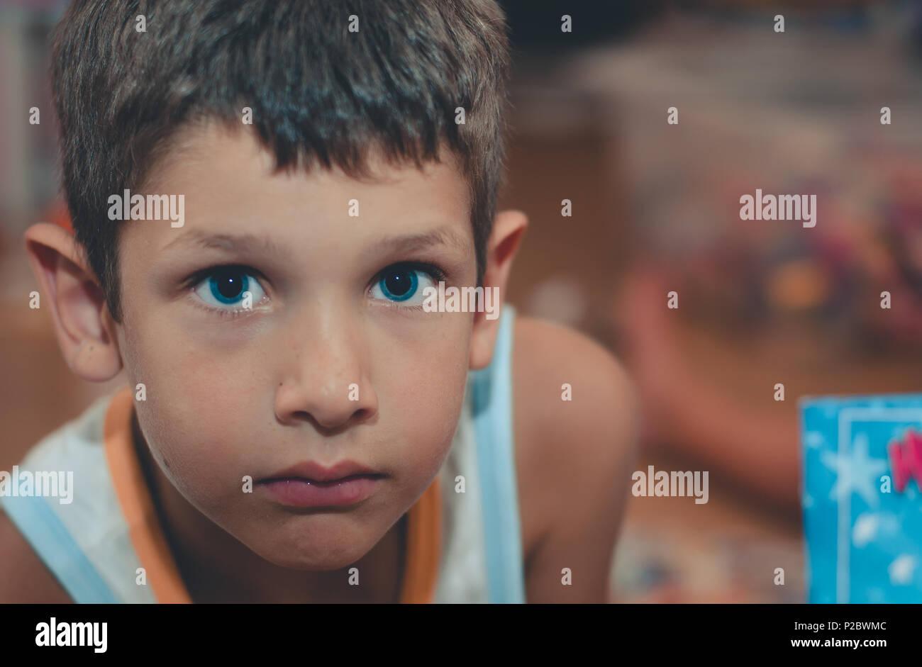 Portrait von Kind mit blauen Augen und mit intensiven Stare Stockfoto