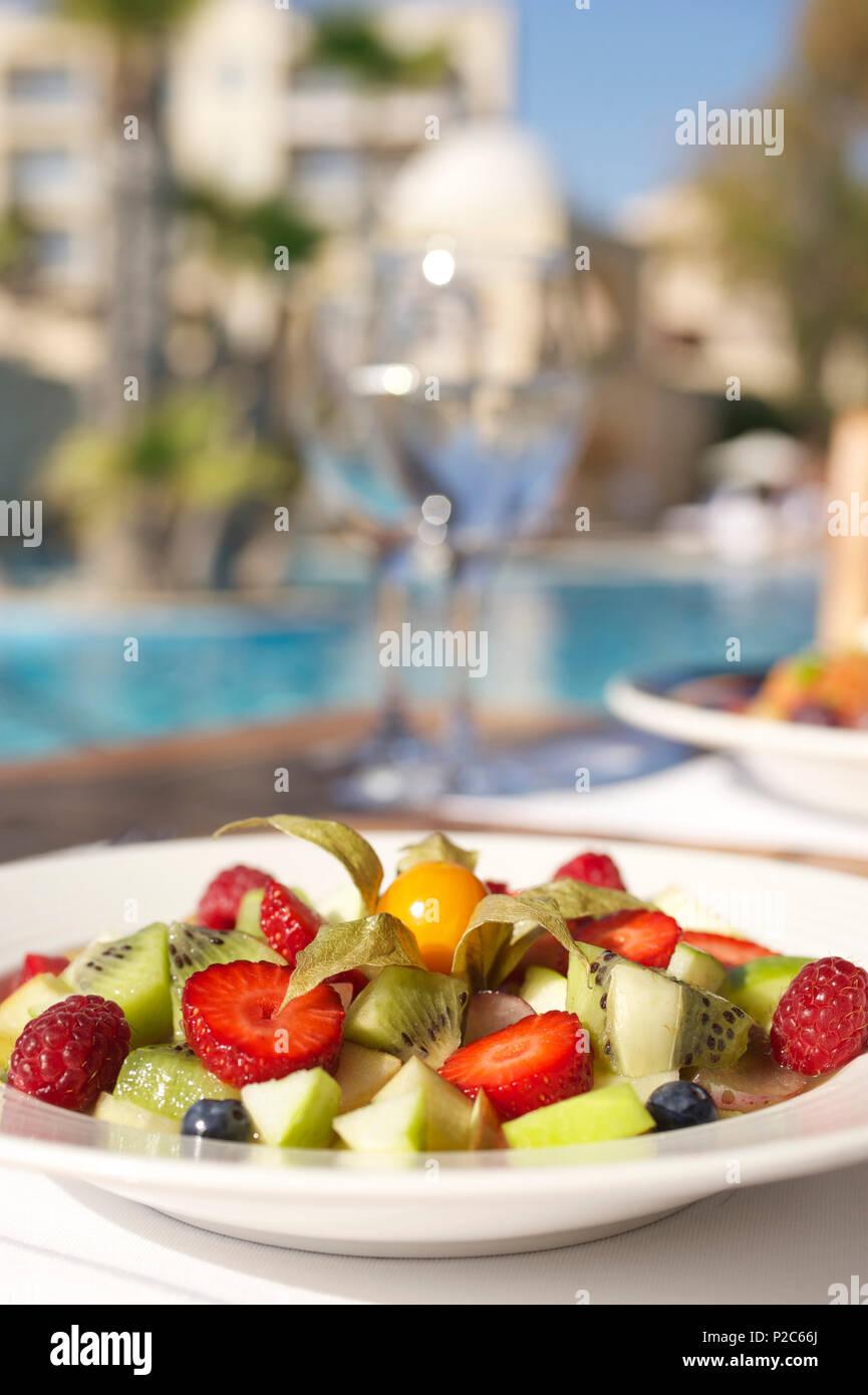 Obst Salat an der Poolbar im Le Meridien Hotel, Limassol, Limassol, Zypern Stockbild