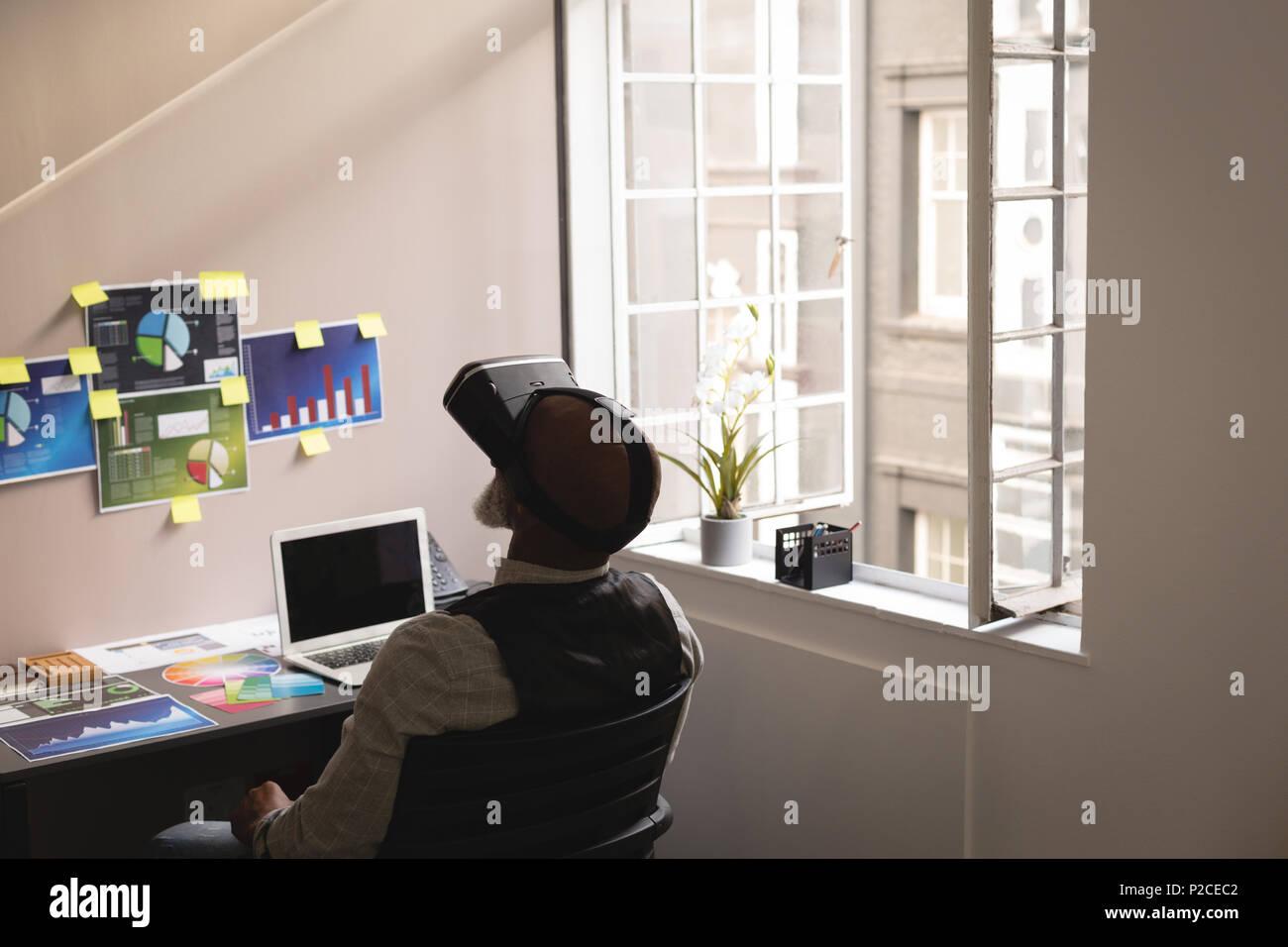 Senior Graphic Designer über Virtual reality Headset Stockbild