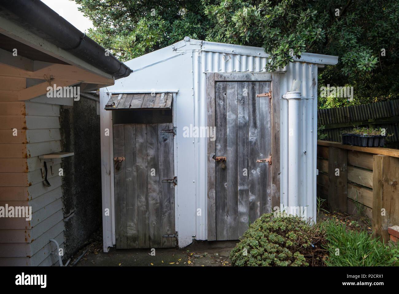 Die Toilette Und Die Dusche Im Freien Dunny Mit Wellblech Und Holz