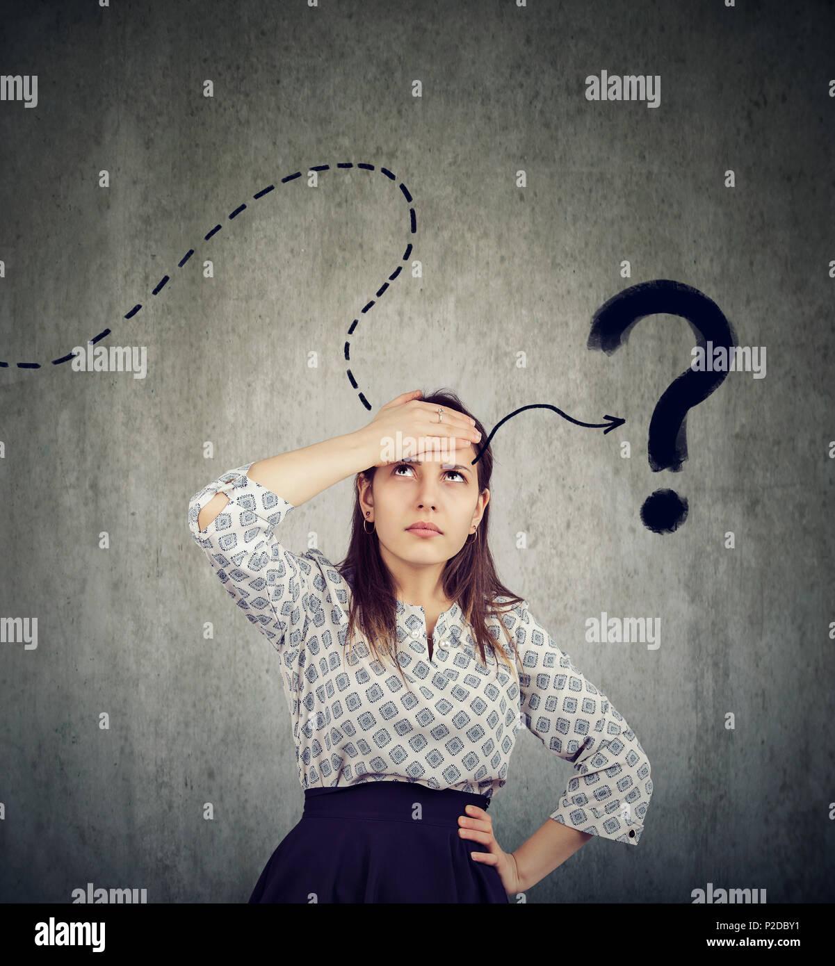 Junge Frau denken schwer daran zu erinnern hat eine Frage Stockbild