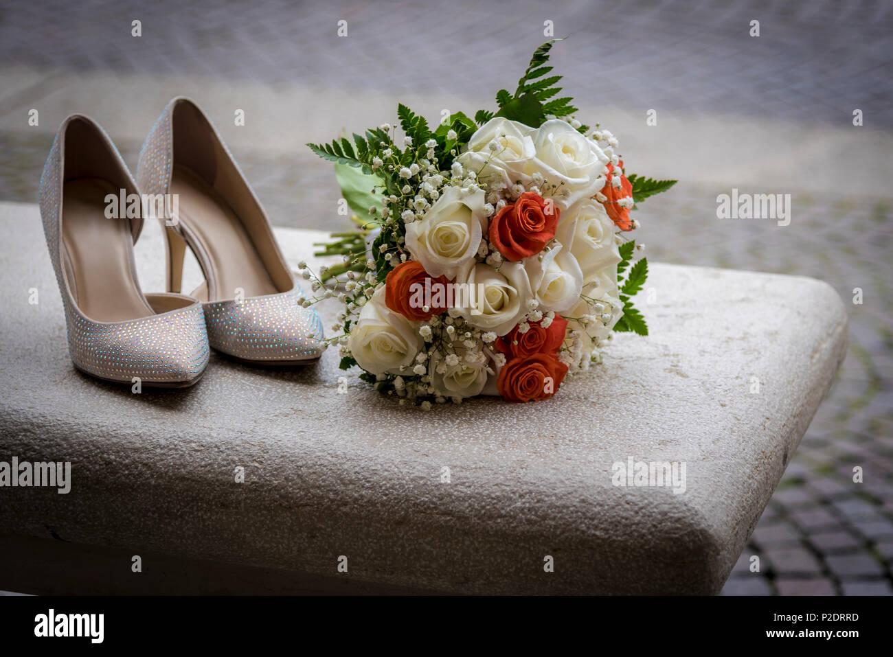 b44c3c1730c15 Hochzeit Zubehör für den Morgen der Braut in Weiß. Wedding Bouquet und  Schuhe. Stockbild