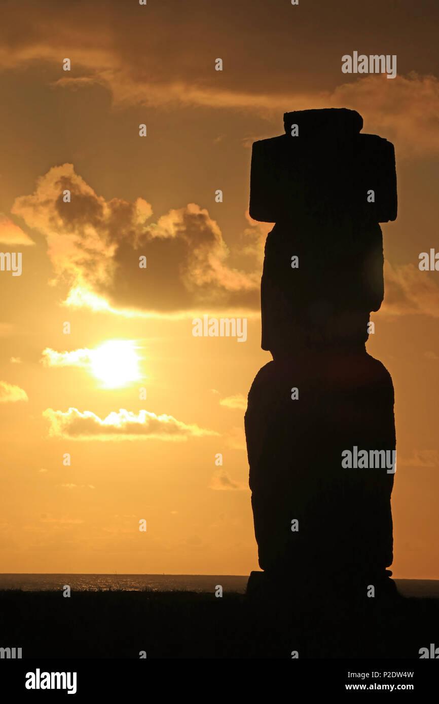 Silhouette von Moai statue gegen Sonnenuntergang Himmel am Ahu Tahai, Easter Island, Chile Stockbild