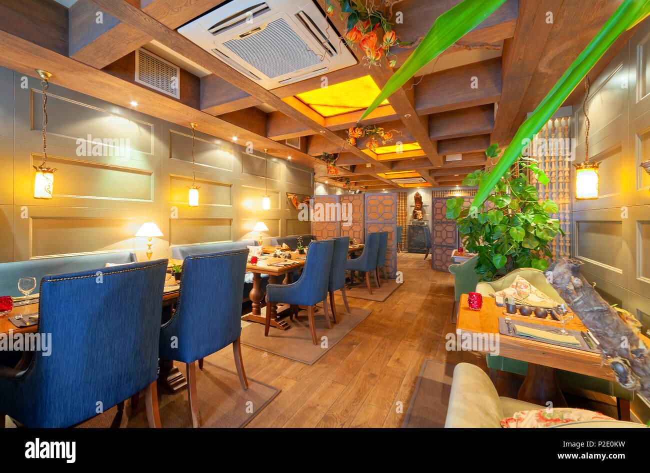 Moskau - September 2014: Das Innere einer respektablen Restaurant panasiatische Küche - FUJIKO. Das Restaurant befindet sich in einem kolonialen Stil eingerichtet Stockfoto
