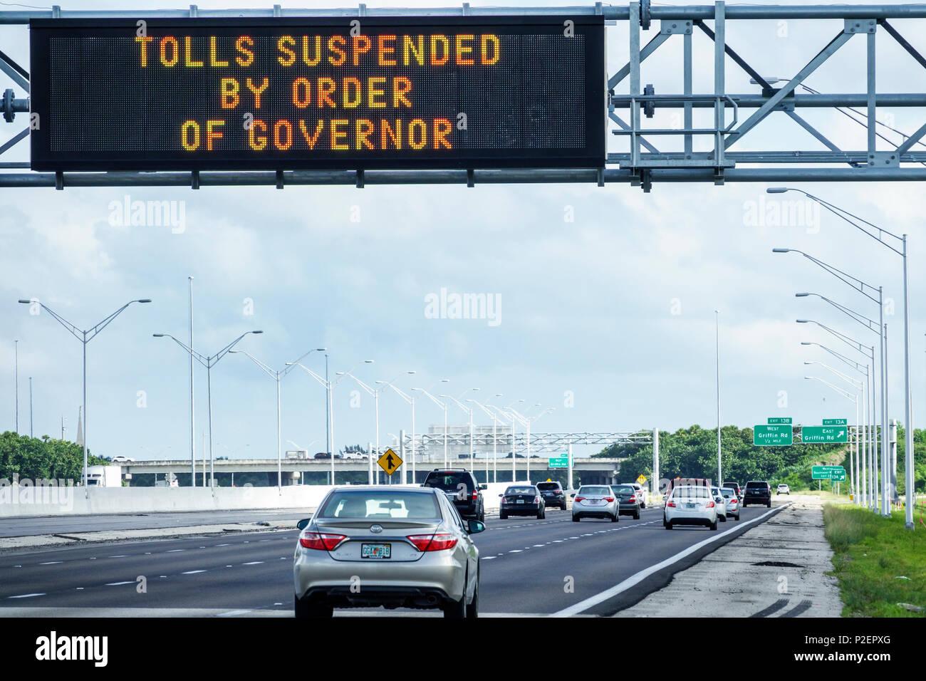 Florida Miami Hurrikan Irma nähern Vorbereitung der Interstate I-75 I75 elektronische Zeichen Evakuierung Maut um Gouverneur Highway Traffic ausgesetzt evakuieren Autos Stockbild