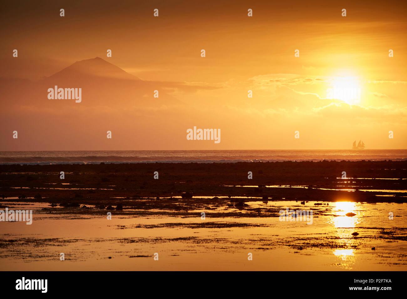 Sonnenuntergang, Blick auf Bali und die Vulkane Agung und Batur, Gili Trawangan, Lombok, Indonesien Stockbild