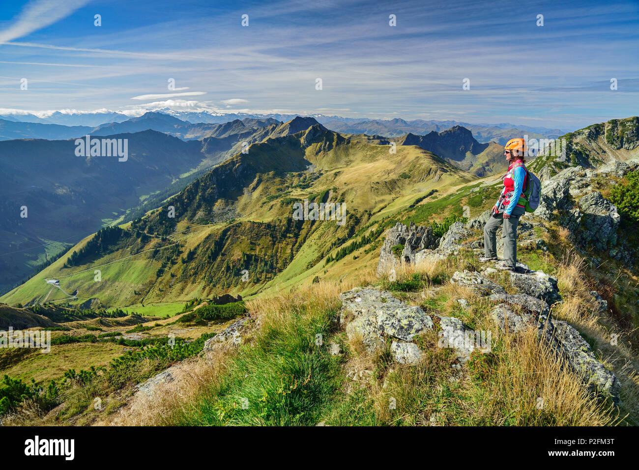Klettersteig Kitzbühel : Aufsteigend frau grat in richtung henne klettersteig
