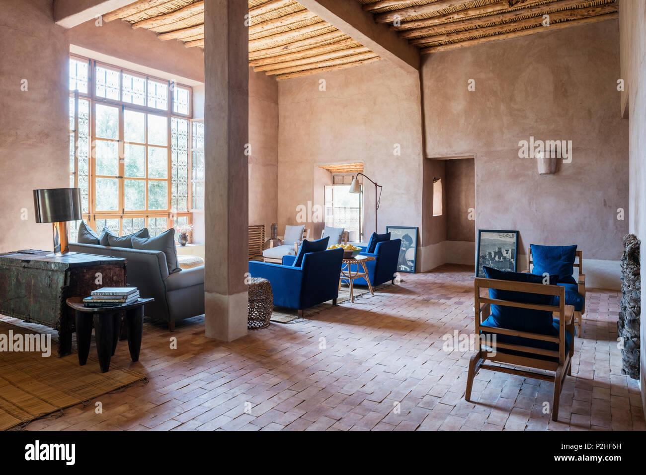 Moucharabieh Fenster im Wohnzimmer/Salon mit Holzdecke und ...