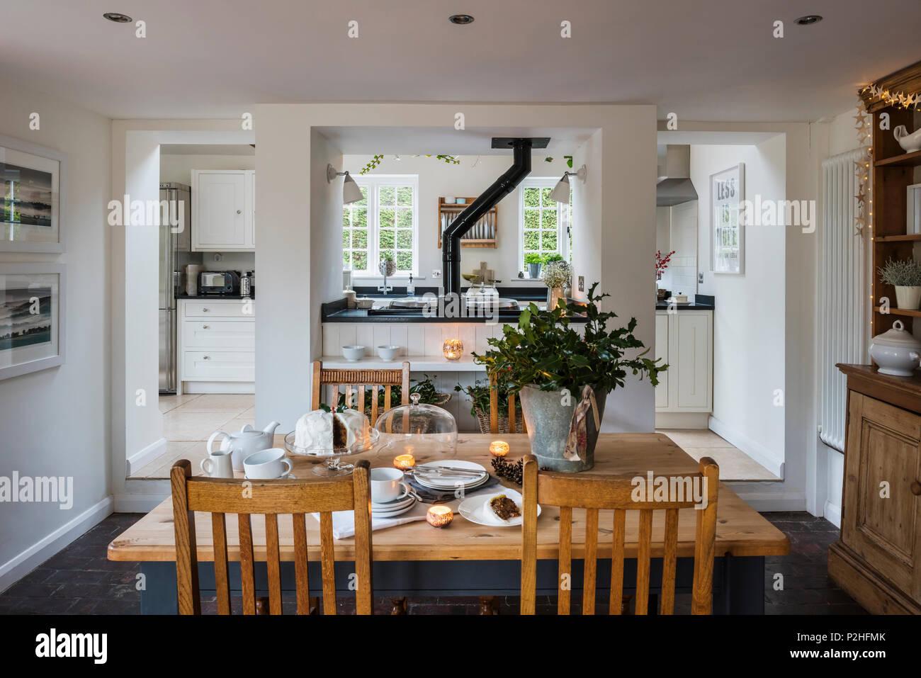 Rustikal Moderne Kuche Und Essbereich Im Landhaus Stockfoto