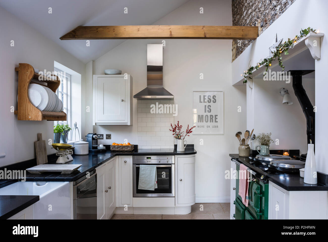 Modernisierte Land Küche mit original Feuerstein Wand, Howdens Küche ...