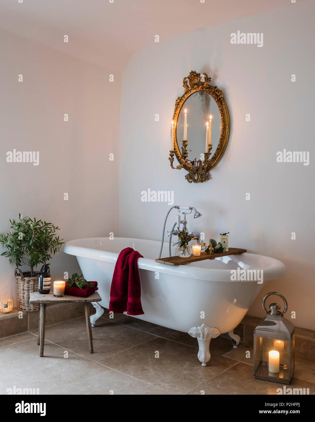 Antike vergoldete Spiegel im Badezimmer mit freistehender Badewanne ...