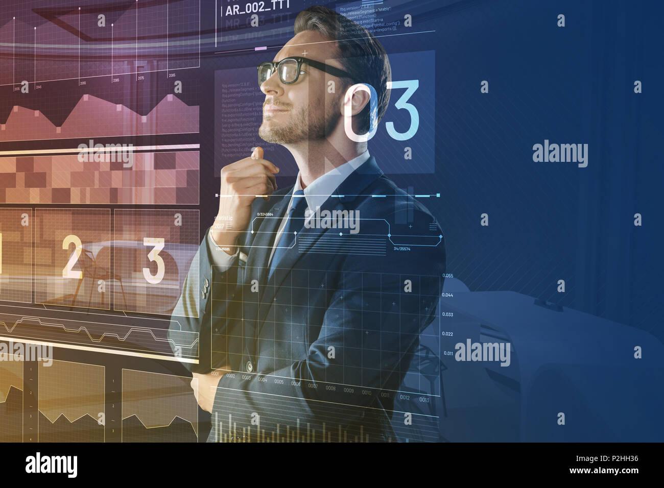 Computer System Analyst lächelnd, während auf dem Bildschirm suchen Stockbild