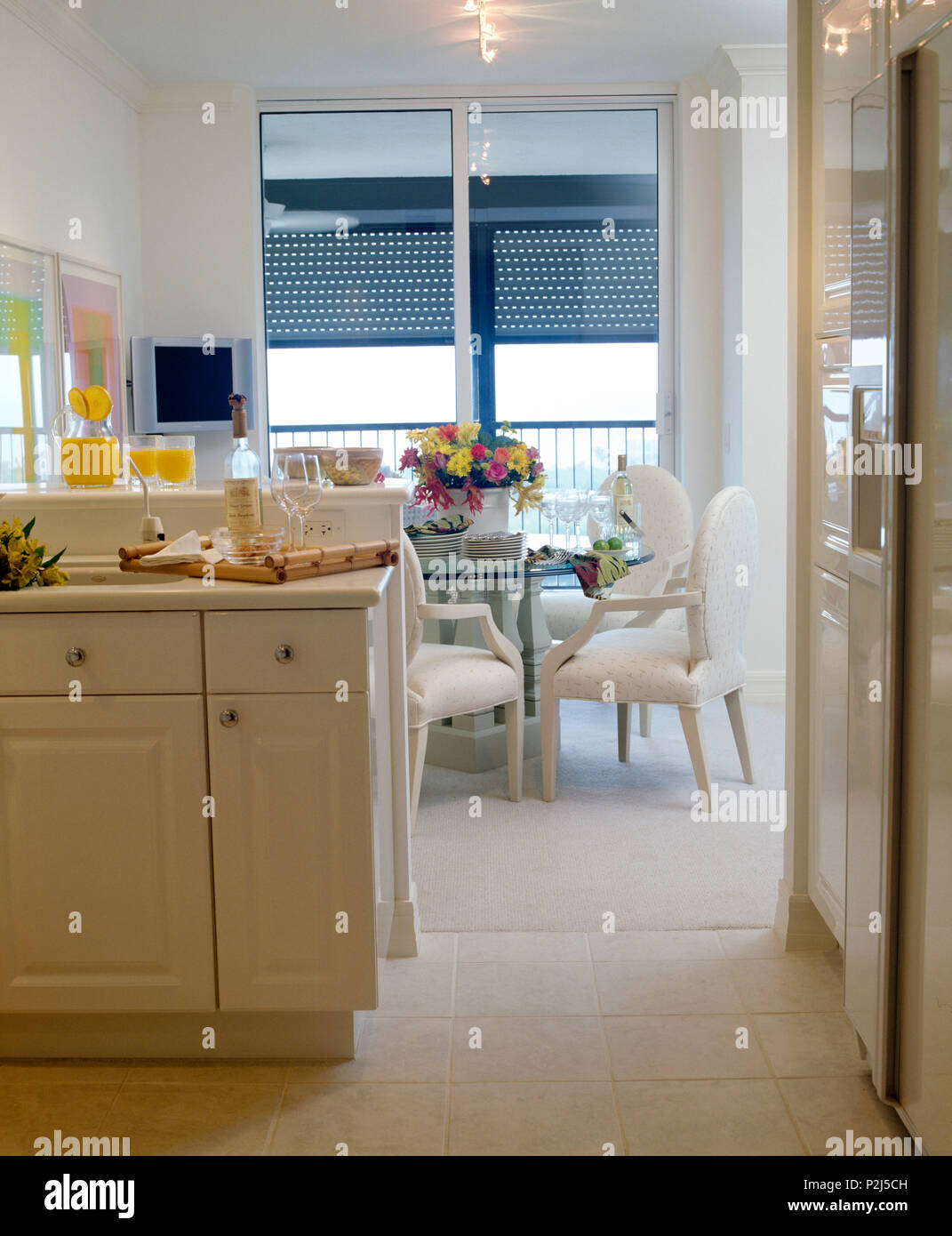 Creme Stuhle Und Tisch Mit Glasplatte In Kuche Und Esszimmer