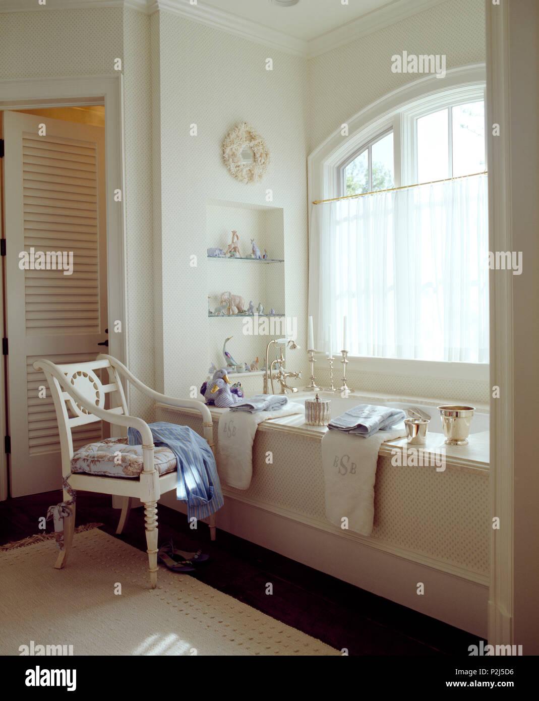 Malte Stuhl neben Badewanne unter Fenster mit Voile cafe ...