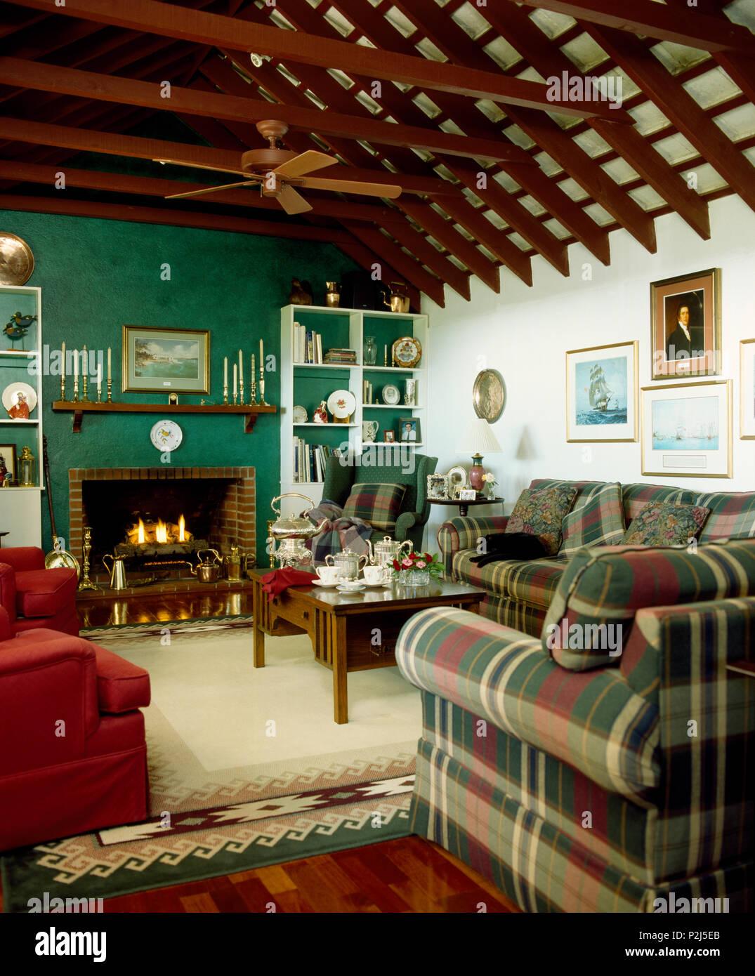 Wunderbar Rot + Grün Gemusterten Sofas Im Grünen Wohnzimmer Mit Ventilator An Der  Decke Mit Freiliegenden Dachbalken