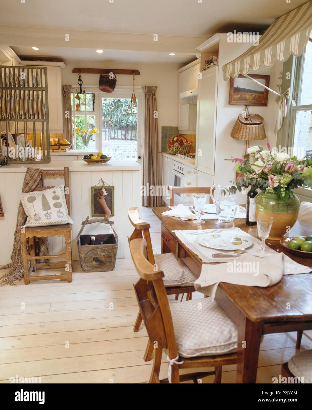 Alte Kapelle Stühle an einfachen Holztisch im Land Küche Esszimmer ...