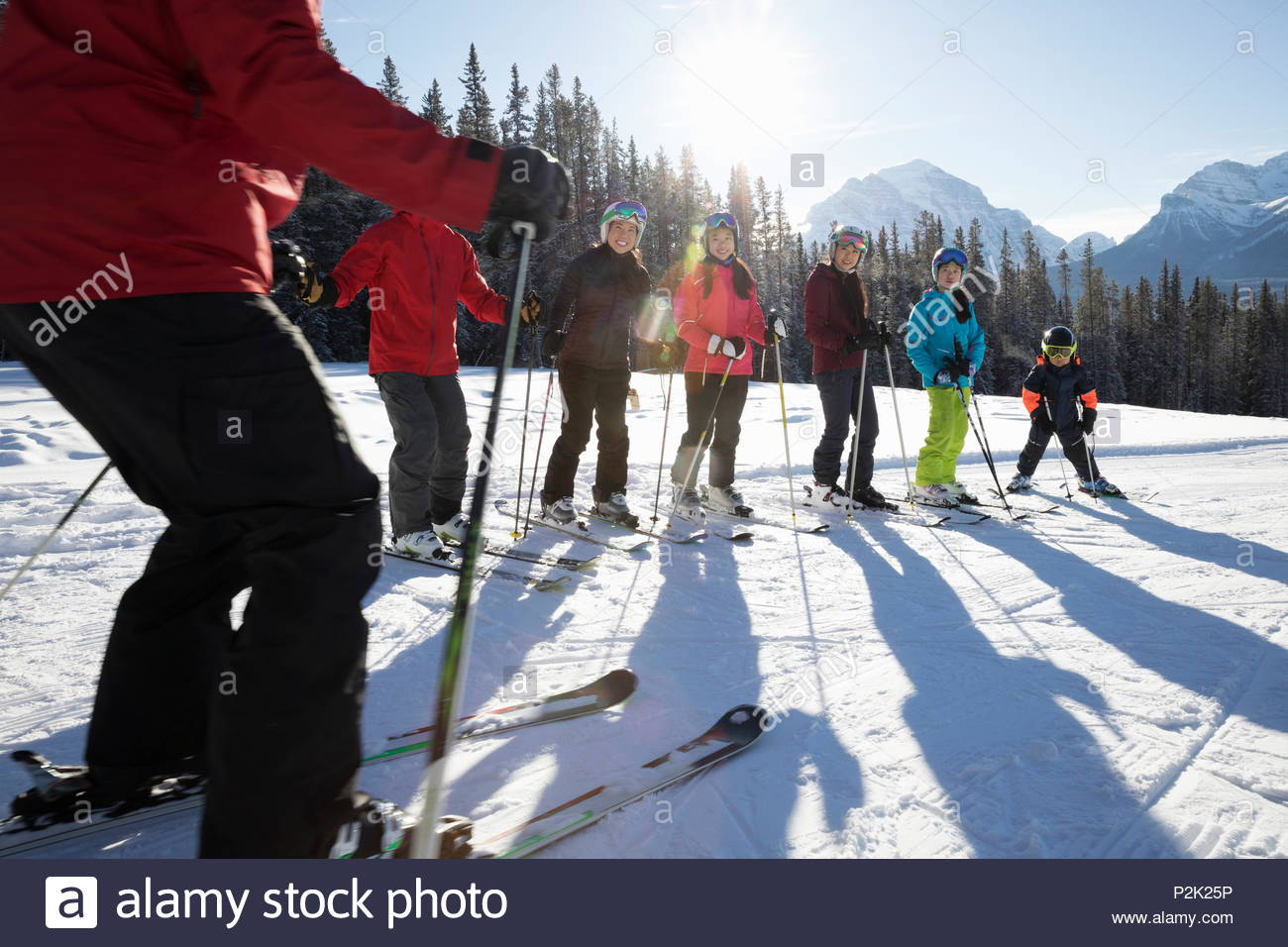 Die Familie, die Gruppe ski Lektion von ski resort Instructor Stockbild