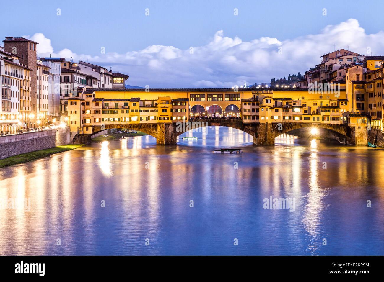Ponte Vecchio (Alte Brücke) am Abend. Florenz, Provinz Florenz, Italien. Stockbild