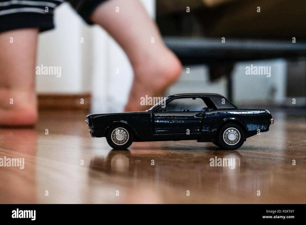 Kind Spielzeug Auf Dem Teppich Im Wohnzimmer Gelassen Schwarze Auto