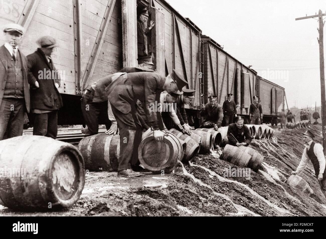 Ein Blick auf die lokalen Polizei Dumping illegalen Alkohol (Bier Fässer) aus einem Zug in Scranton, Pennsylvania während das Verbot der Jahre 1920 bis 1933. Die Wilkes Barre, Scranton Region North Eastern Pa war das Zentrum der Steinkohle Bergbau der Vereinigten Staaten während der industriellen Revolution und ein warmes Bett von mob Aktivität während der Prohibition. Scranton war eine Drehscheibe des illegalen Alkohol Transport während Verbot. In Bezug auf den Schmuggel, Scranton war voller Aktivität. Die Innenstadt von Scranton Bereich hatte 147 speakeasies. Nicht zu vergessen, die Züge waren wichtig für Alkohol Transport. Stockbild