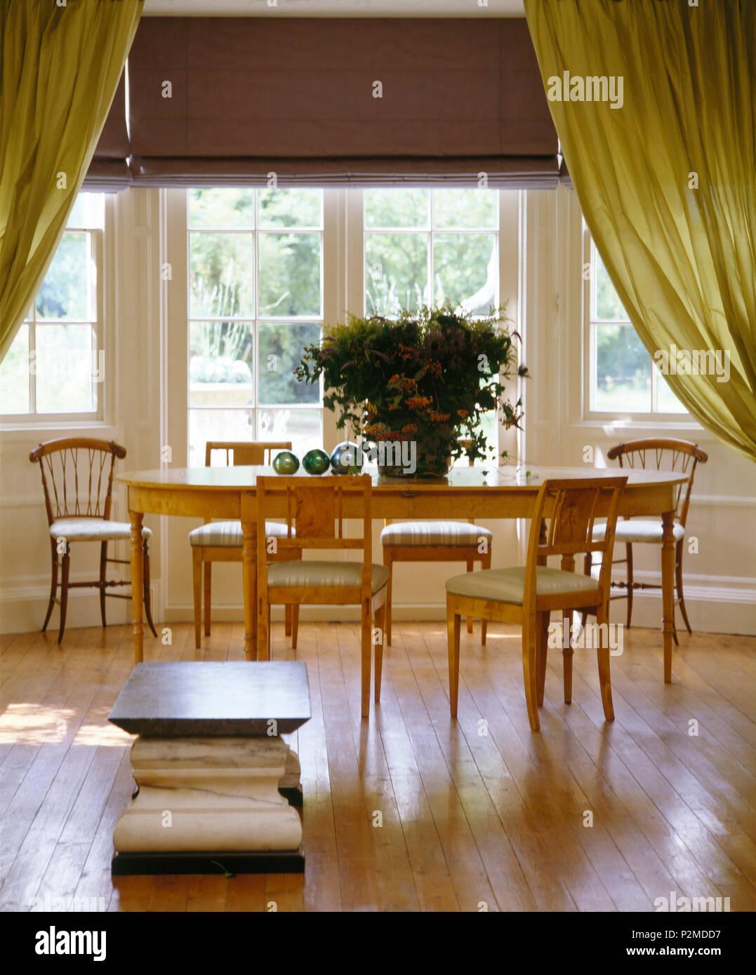 Holzboden In Esszimmer Mit Einfachen Holz Tisch Und Stuhle Vor Der