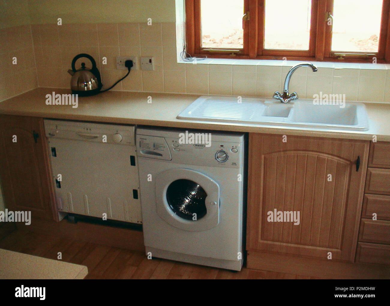 Küche mit Waschmaschine und Geschirrspüler unten Weiss ...