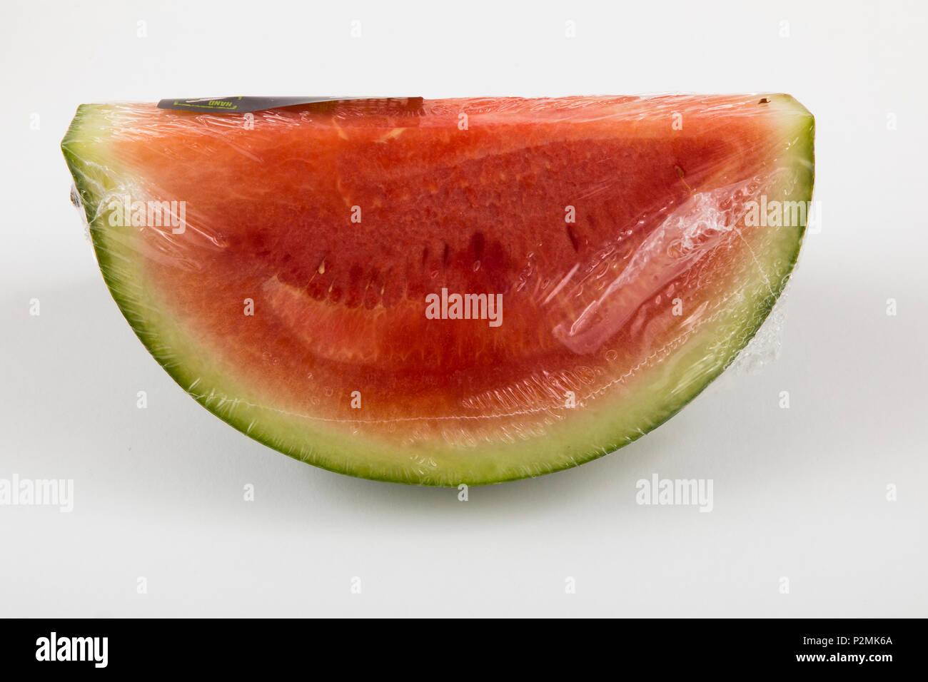 Frische Lebensmittel, Obst, jedes einzeln verpackt in der Plastikverpackung, alle Essen im gleichen Supermarkt auch ohne Verpackungen aus Kunststoff, watermel verfügbar ist Stockfoto