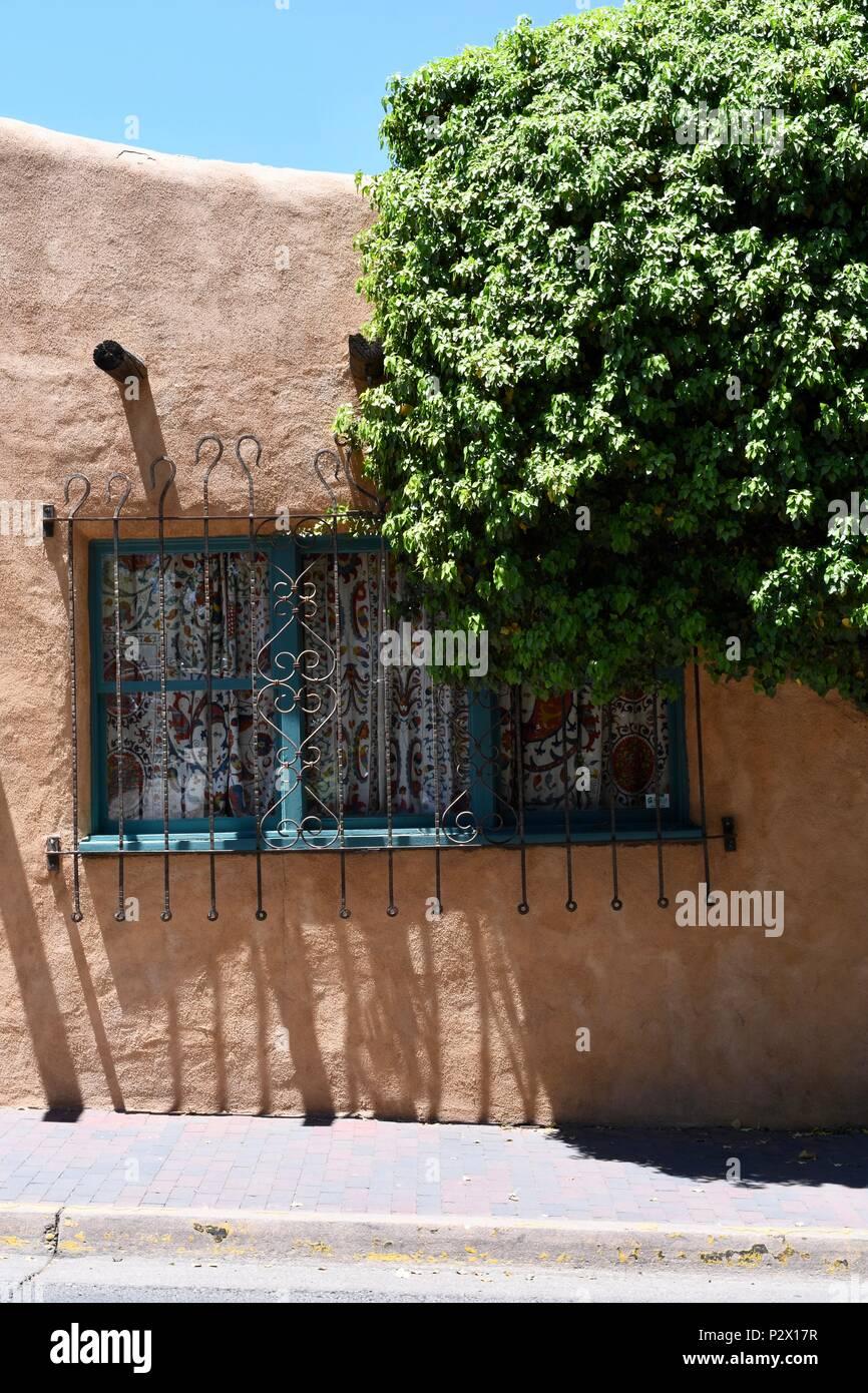 Wand Mit Fenster Und Baum In Santa Fe Stockfoto Bild 208325483 Alamy