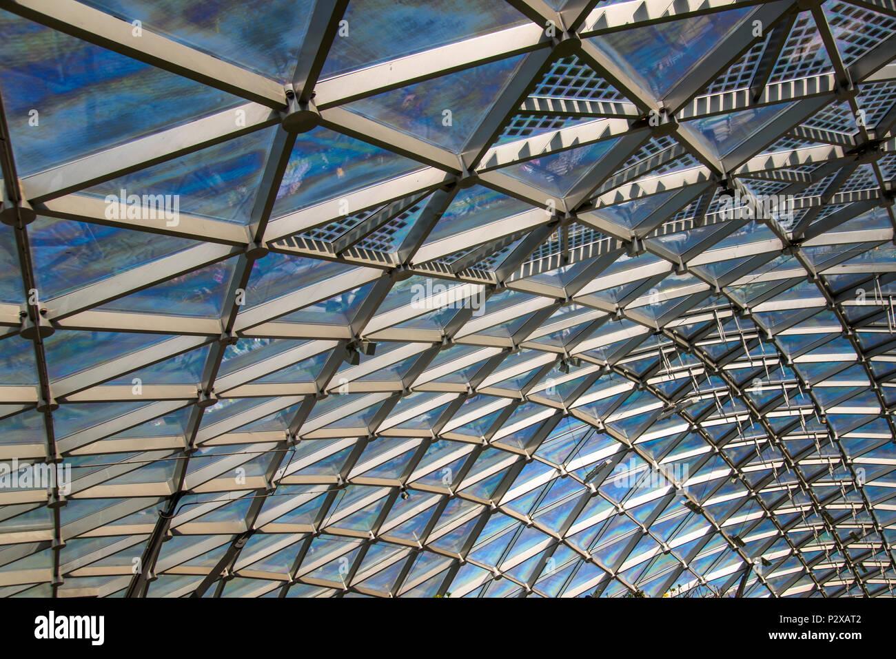 Dreieckiges Muster aus transparentem Glas moderne Dach Stockfoto