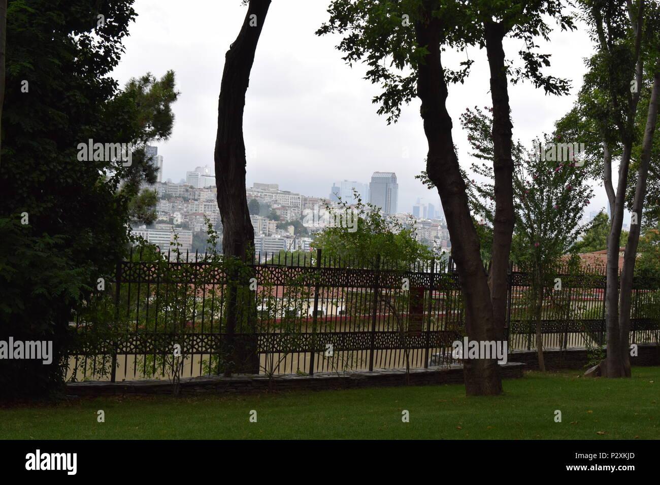 Blick auf die Stadt von Istanbul Park mit Bäumen, mit Blick auf die Stadt ist auf einem Nebel Zeit und nicht sehr klare Stockbild