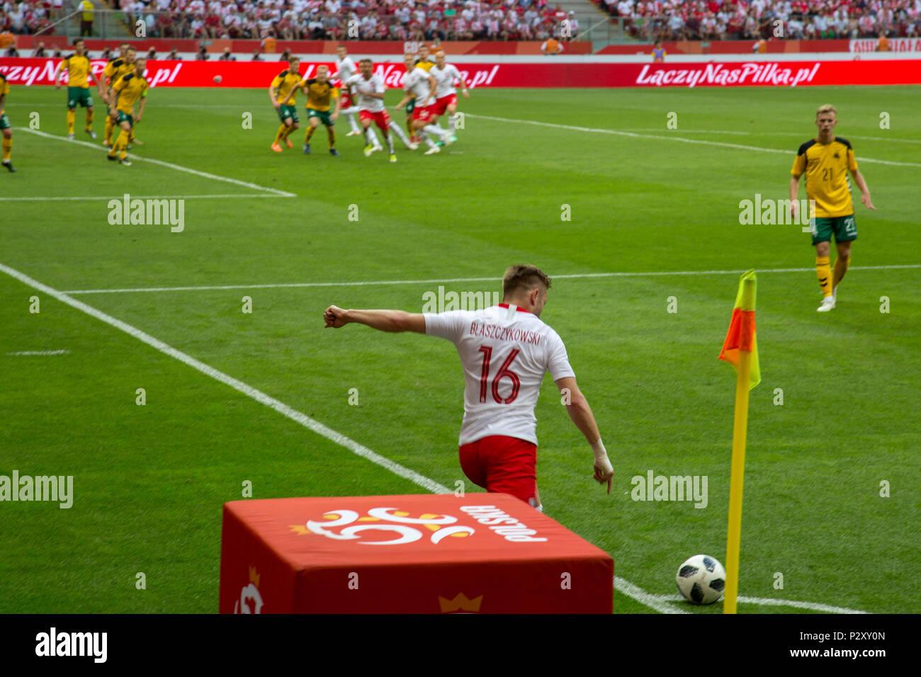 """Jakub """"Kuba"""" B?aszczykowski treten eine Kugel von Ecke am polnischen nationalen Stadium während Freundschaftsspiel mit Litauen Stockbild"""
