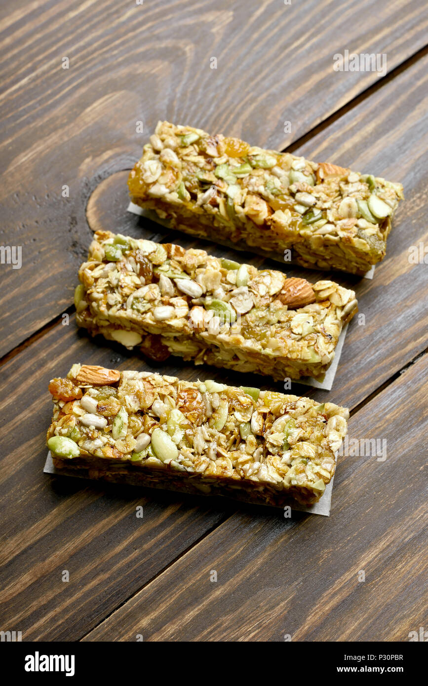 Energie snack Granola Bars auf Holz- Hintergrund. Stockbild