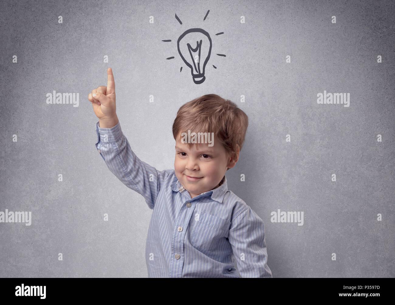 Smart little Junior vor einer grauen Wand aufgestellt mit kindlicher Konzept Stockbild