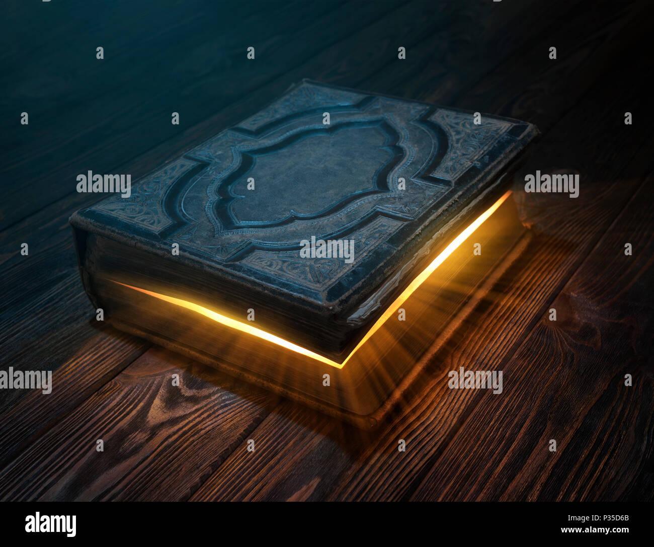 Alte Magie Buch auf Holztisch mit Lichtstrahlen aus Form instide Stockbild