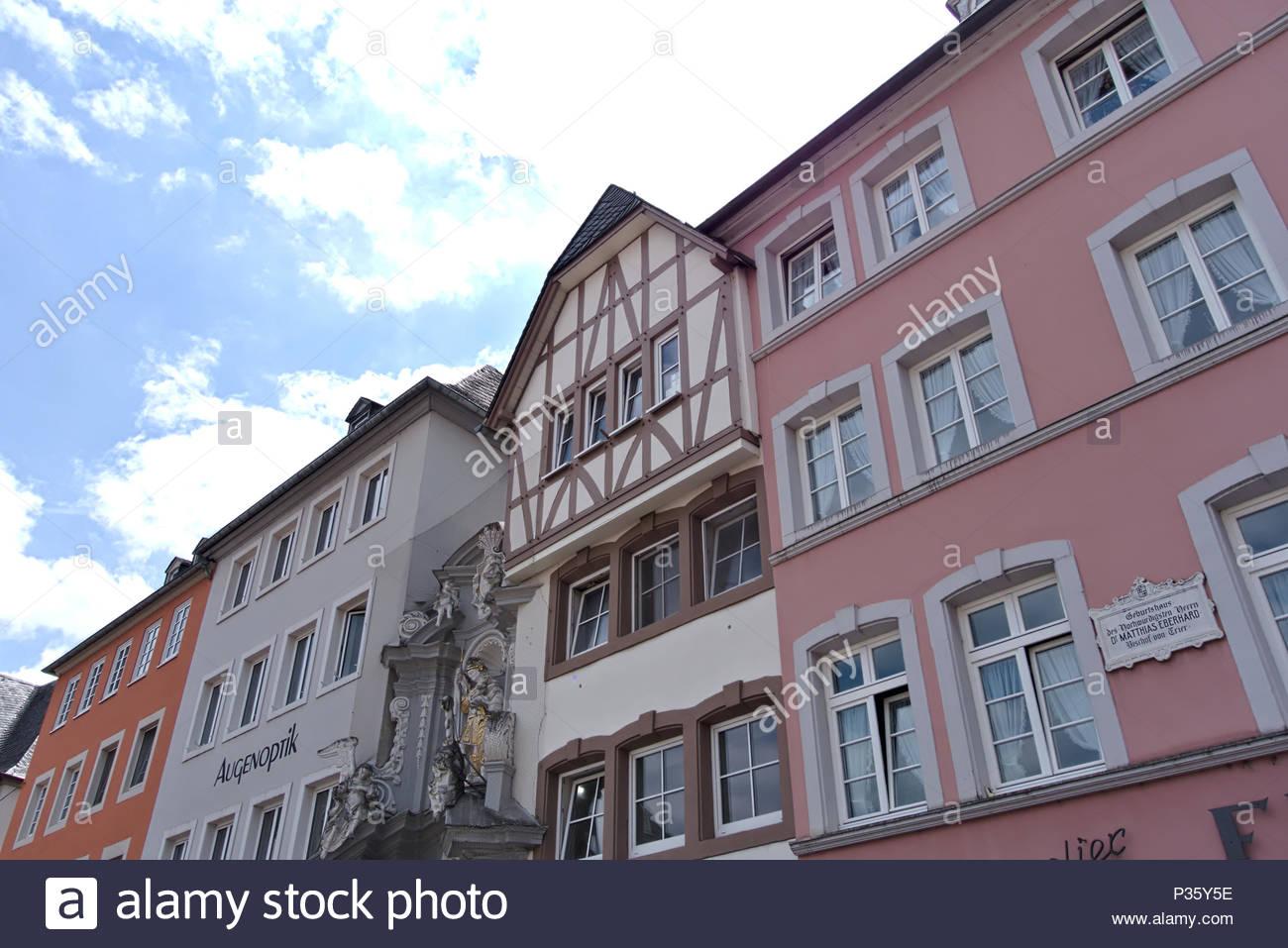 Die schönen Hauptmarkt in Trier, Deutschland. Der Markt mit Häusern aus der Zeit der Renaissance, Barock, Klassizismus und Historismus. Stockbild