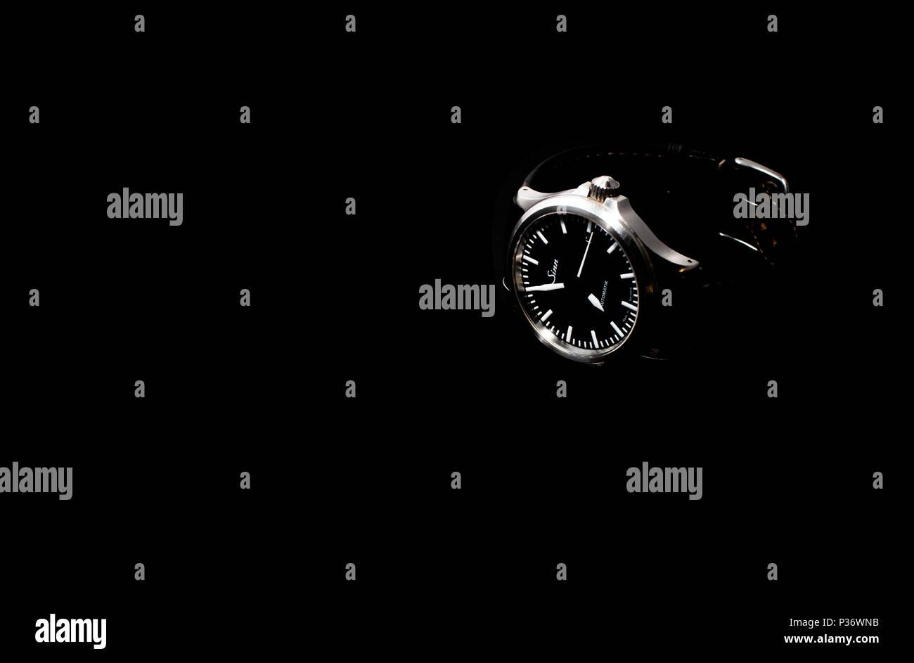 York, Großbritannien - 17.05.2018: Ein abgetragenes Sinn 556 ich automatische sehen Sie, in Deutschland gefertigt. Auf einem schwarzen Hintergrund. Stockbild