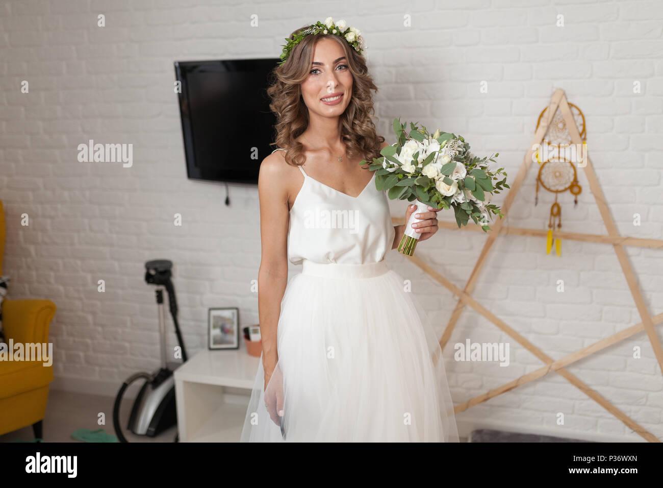 Die Braut In Eine Wunderschone Hochzeit Kleid Mit Langen Lockigen