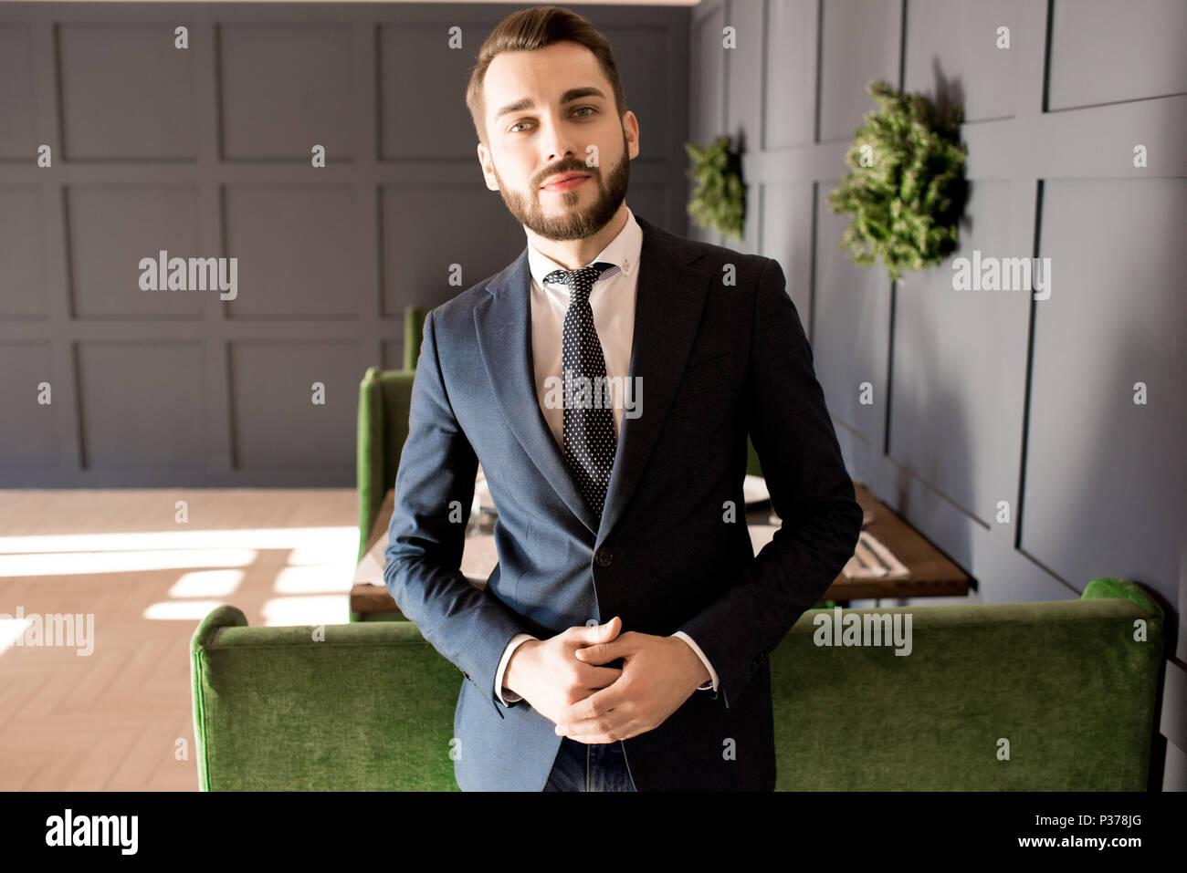 Ernsthafte erfolgreicher Geschäftsmann in der Lobby Stockbild
