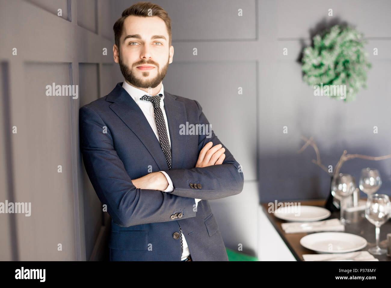 Gezielte gut aussehender Geschäftsmann in Anzug Stockfoto